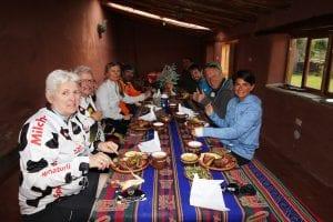 Unsere Gruppe beim Pachamanca-Mittagessen im Dorf Misminay