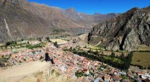 Blick von den alten Lagerhäusern oberhalb der Stadt Ollantaytambo ins Tal, gegenüber die archäologische Stätte Ollantaytambo und die Dächer der Stadt