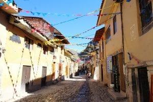 Mit bunten Wimpeln geschmückte Gasse im Stadtzentrum Ollantaytambo