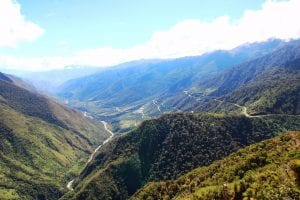 Blick von Aussichtspunkt in der Nähe des Malaga-Passes auf die kurvenreiche Abfahrt Richtung Santa Teresa, kurvige Straße in den Bergen
