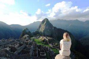 Blick auf den Machu Picchu und Huayna Picchu von einem Felsen gegenüber der Anlage