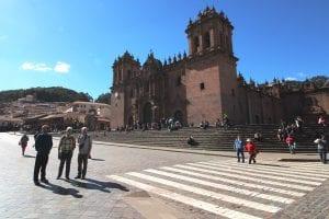 Reisegruppe vor Cuzco Kathedrale