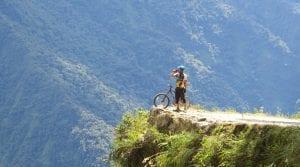 Mountainbiker hält vor einer Schlucht im Dschungel Boliviens