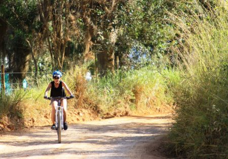 Junge Radfahrerin unterwegs