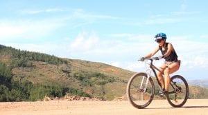 Junge Mountainbikerin fährt im Hochland von Kolumbien