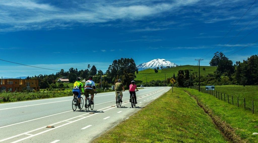 Radler fahren in der Seenregion Chile dem Vulkan Calbuco entgegen
