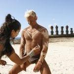 Einheimische am Strand der Osterinsel beim Bemalen ihrer Körper