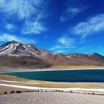 Die leuchtend blauen Hochland-Lagunen vor schneebedeckten Bergspitzen werden von Sonnenlicht bestrahlt