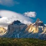 Los Cuernos mit Wolken im Hintergrund im Torres del Paine Nationalpark