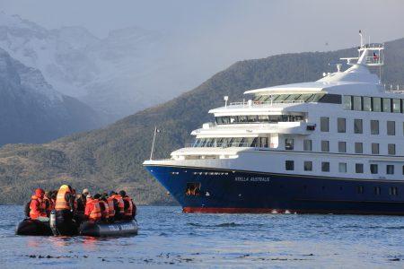 Zodiac mit Touristen fährt zum Kreuzfahrtschiff Stella Australis