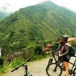 Radfahrer blicken auf die Wasserfälle im Pastaza-Tal bei Baños