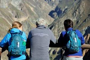 Unsere Mitarbeiter mit Pedalito Kleidung auf dem Aussichtspunkt im Colca Canyon
