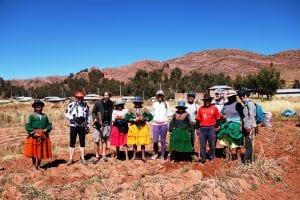 Reisegruppe und Einheimische auf den Feldern bei der Kartoffelernte am Titicacasee