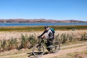Radfahren entlang des Ufers vom Titicacasee