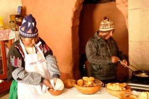 Unsere Gastfamilie in Luquina Chico macht uns ein traditionelles Frühstück in ihrem Haus - frisch gebackenes Brot