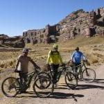 Radfahrer auf dem Weg im Tinajani-Canyon mit Felsformationen im Hintergrund
