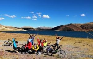 Gruppe am Picknick - Platz an einer Lagune mit toller Bergkulisse im Hintergrund