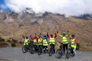Reisegruppe auf dem Malaga-Pass im Hintergrund Berg mit Bachverläufen von Wolke eingehüllt