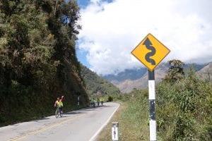 Abfahrt mit dem eBike über kurvenreiche Straße in Tal Richtung Santa Teresa