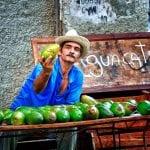 Kubaner verkauft Avocados an Marktstand