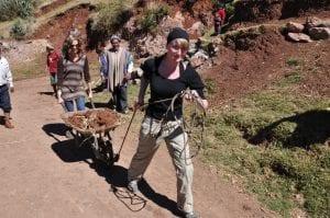 Ackerbauseminar: Besucher helfen auf den Feldern von Misminay, Peru.