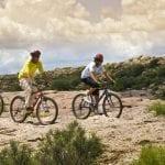 Drei Biker fahren über felsige Landschaft in Argentinien