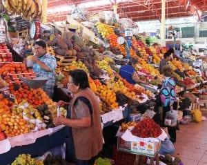 Obststände in der Markthalle in Cuzco