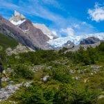 Wanderer mit Rucksack wandert in Richtung Gletscher im Torres del Paine