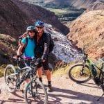 Mountainbiken Heiliges Tal - 2 Biker auf Aussichtpunkt vor den Salzterrassen von Maras