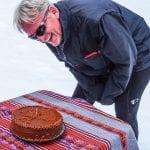 Peru, eBIke-Reise 2017, Ralf Heidlindemann feiert mit Schokotorte Geburtstag im Schnee.