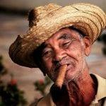 Kubaner mit Strohhut und dicker Zigarre im Mund