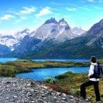 Wanderer blickt auf Bergmassiv im Torres del Paine Nationalpark
