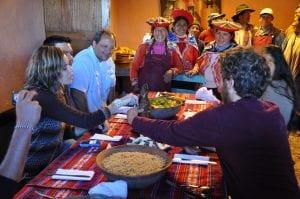 Gemeinsames Lunch von Besuchern und Einheimischen Misminays.