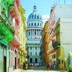 Blick durch eine bunte Gasse auf das Capitol in Havanna