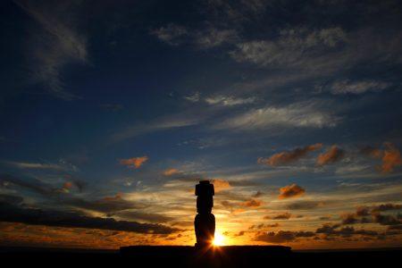 Moai bei Sonnenuntergang auf der Osterinsel in Chile