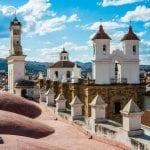 Blick auf eine Kathedrale und die umliegenden Häuser in Sucre, Bolivien